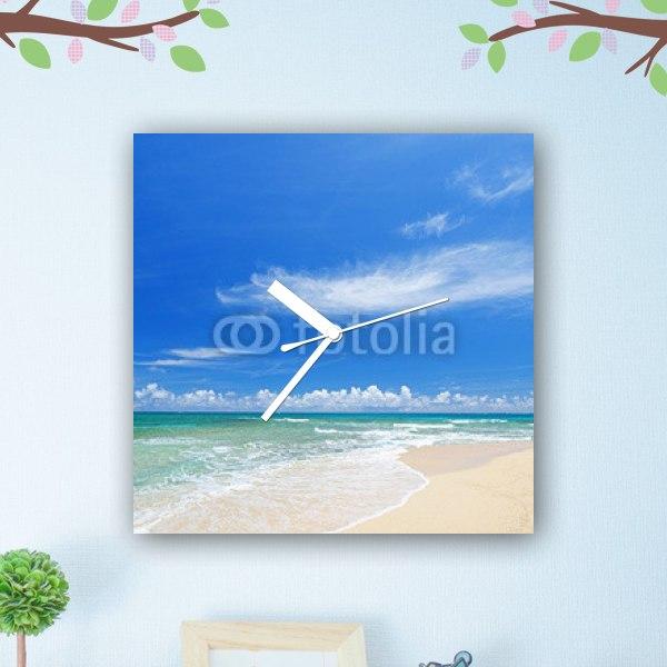 【掛け時計】窓から見たコマカ島のビーチ